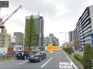 前津通りと交わる「上前津 東」交差点の先の脇道で左折